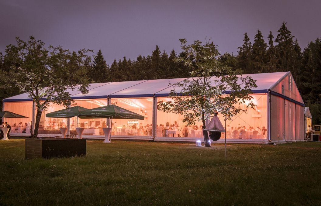 VIP-Zelt mit transparenten Seitenplanen