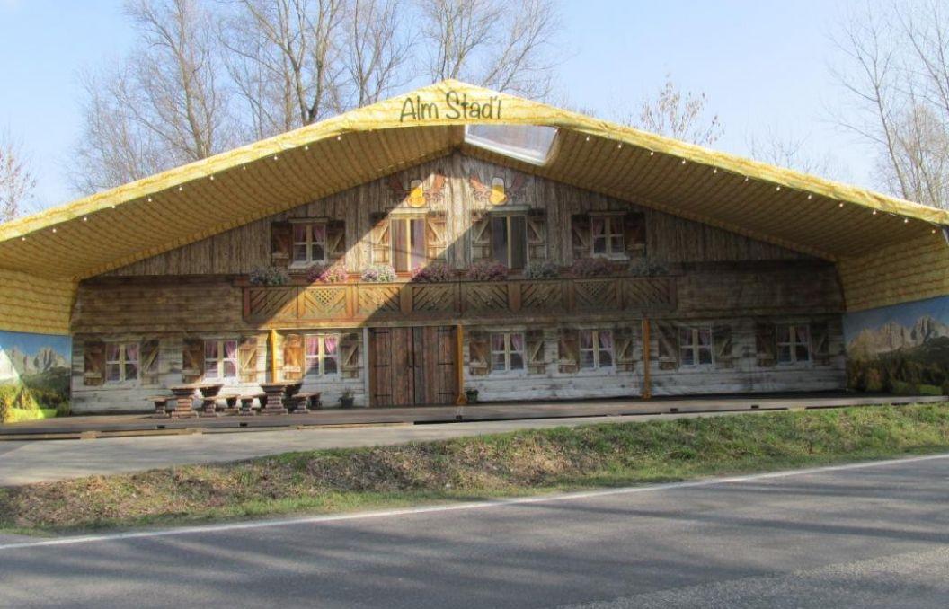 Alm Stadl mit Vordach