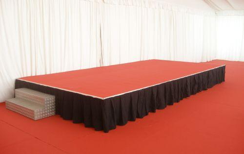 Bühne mit Teppich verkleidet