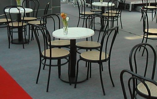Stühle in schwarz mit Gittersitzfläche