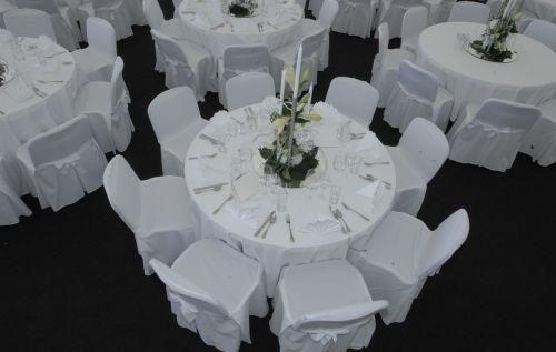 Tisch rund Ø1,50m und Polstersessel mit Hussen
