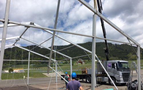 Aufbau des Festzeltes für Volvo Trucks & Renault Truck