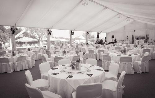 Innenbereich des Zeltes mit runden Tischen