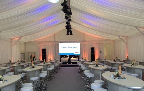 15m Zelt Innenansicht mit Designer-Stehtischen