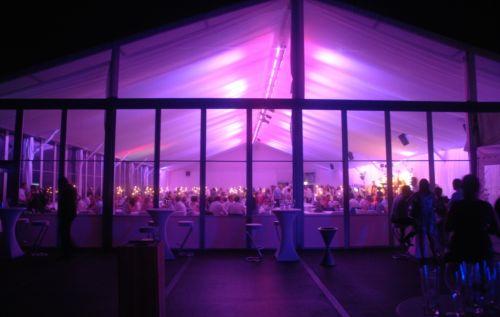 20m Zelt mit transparenten festen Seitenwänden und Ambientebeleuchtung