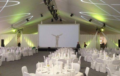 30m Zelt innen mit runden Tischen