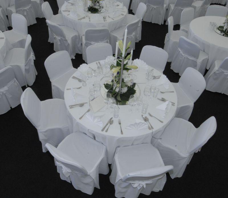 runde Tische mit Polstersessel
